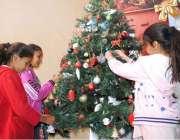 حیدر آباد: کرسمس کی آمد کے موقع پر بچے کرسمس ٹری سجا رہے ہیں۔
