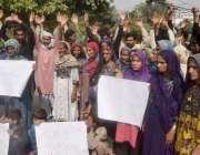 لاہور: صادق آباد کے رہائشی اپنے مطالبات کے حق میں پریس کلب کے باہر احتجاج ..