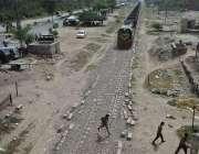 فیصل آباد: ایک شخص ریلوے ٹریک کراس کر رہا ہے جبکہ دوسری جانب سے ٹرین ..