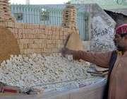 کوئٹہ: دکاندار گاہکوں کو متوجہ کرنے کے لیے ریوڑیاں سجا رہا ہے۔