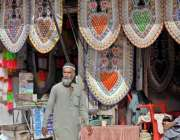 راولپنڈی: راجہ بازار میں ایک دکاندار ہار سجائے خریداروں کے انتظار میں ..