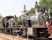 ملتان:ریلوے کی جانب سے رکھے گئے انجن کے ماڈل پر بچے کھیل کود میں مصروف ..