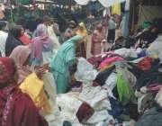 رائے نڈ: خواتین سردی سے بچاؤ کے لیے لنڈا بازار سے خریداری کر رہی ہیں۔
