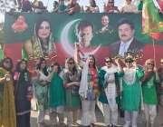 لاہور: تحریک انصاف ویمن ایگزیکٹو کونسل کی ممبر مسرت جمشیدچیمہ، عظمیٰ ..