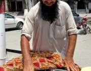 اسلام آباد: وفاقی دارالحکومت میں ریڑھی بان کھوئے والی قلفیاں فروخت ..