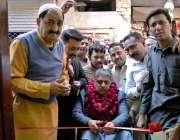راولپنڈی: چیئرمین یو سی39انجم فاروق پراچہ چٹیاں ہٹیاں میں یوسی39کے دفتر ..