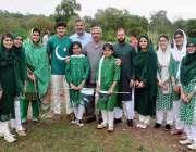 راولپنڈی: ایوب پارک میں جشن یوم آزادی کے موقع پر پودا لگانے کے بعد بریگیڈیئر ..