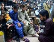 حیدر آباد: عید کی تیاریوں میں مصروف شہری ایک دکان سے جوتے پسند کر رہے ..