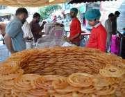 اسلام آباد: شہری ایک دکان سے جلیبیاں خرید رہے ہیں۔