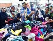 حیدرآباد: موسم سرما کے پیش نظر خواتین گرم کپڑوں کی خریداری کررہی ہیں۔