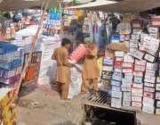 لاہور: محنت کش شوز کی تھوک مارکیٹ میں جوتوں کے ڈبے تھیلے میں پیک کر رہے ..
