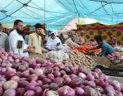 لاہور: شہری سستا رمضان بازار سے سبزیاں خرید رہے ہیں۔