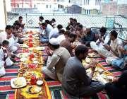 ایبٹ آباد: روزہ دار افطارے سے قبل دعا مانگ رہے ہیں۔