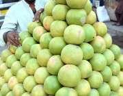 لاڑکانہ: ریڑھی بان گاہکوں کومتوجہ کرنے کے لیے گریپ فروٹ سجا رہا ہے۔