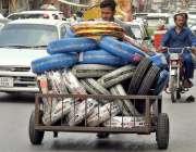 راولپنڈی: محنت کش ہتھ ریڑھی پر گاڑیوں کے ٹائر کھے لیجا رہا ہے۔
