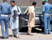 راولپنڈی: ٹریفک اہلکار دھوپ کے چشمے خرید رہے ہیں۔