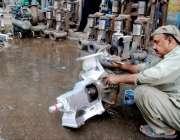 لاہور:مزدوروں کے عالمی دن سے بے خبر ایک محنت کش کام میں مصروف ہے ۔