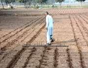 فیصل آباد: کسان کھیت کے فصل کے لیے تیار کررہا ہے۔
