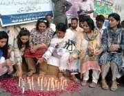کراچی: کراچی پریس کلب کے سامنے سانحہ رمپا پلازہ کے شہیدوں کی یاد میں ..