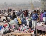 اسلام آباد: شہریوں کی بڑی تعداد کھنہ پل سے گرم کپڑے خرید رہے ہیں۔