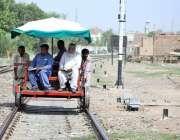 ملتان: ریلوے اہلکار ٹھیلے پر بیٹھے ٹریک کا معائنہ کر رہے ہیں۔