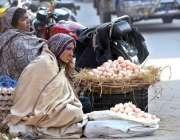 راولپنڈی: محنت کش خواتین گھر کی کفالت کے لیے انڈے فروخت کررہی ہیں۔