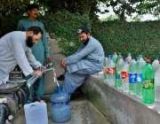 اسلام آباد: شہری واٹر فلٹریشن پلانٹ سے پینے کے لیے پانی بھر رہے ہیں۔