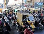 راولپنڈی: لیاقت باغ چوک پر گیس بندش مظاہرے کے دوران مری روڈ ٹریفک جام ..