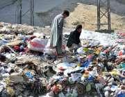 راولپنڈی: خانہ بدوش بچے کچرے کے ڈھیر سے کارآمد اشیاء تلاش کر رہے ہیں۔