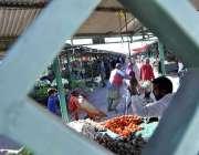 اسلام آباد: ہفتہ وار جمعہ بازار میں دکاندار نے گاہکوں کو متوجہ کرنے ..