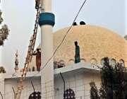 بہاولپور: مزدور قائد اعظم میڈیکل کالج میں قائداعظم مسجد کو پینٹ کرنے ..
