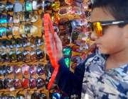 لاہور: ایک بچہ عینک خریدنے کے لیے پسند کر رہاہے۔