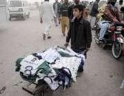 اسلام آباد: خاندان کی کفالت کے لیے ایک کمسن لڑکا ہتھ ریڑھی پر کپڑے فروخت ..