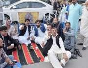 لاہور: مسلم لیگ (ن) کے پابندی کا شکار اراکین پنجاب اسمبلی کے باہر سڑک ..