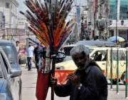 راولپنڈی: ایک مداری صدر کے علاقہ میں بانسری بجا کر گاہکوں کو متوجہ کر ..