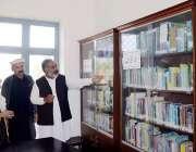 اٹک: چیئرپرسن ضلع کونسل اٹک ایمان طاہر لائبریری کا معائنہ کر رہی ہیں۔