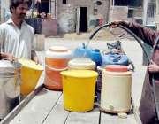 حیدر آباد: پینے ک پانی کی شدیت قلت کے باعث لوگ باہر سے پانی لانے پر مجبور ..
