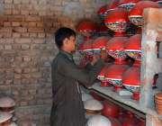 فیصل آباد: دکاندار فروخت کے لیے مٹی کے برتن ترتیب سے سجا رہا ہے۔