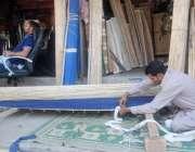 لاہور: ایک کاریگر چخیں تیار کر رہا ہے۔