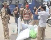 لاہور: پاک فوج کی نگرانی میں پریزائیڈنگ آفیسرز پولنگ کا سامان لیکر ..