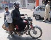 راولپنڈی: بچہ خطرناک انداز سے سامان اٹھائے موٹر سائیکل پر بیٹھے مری ..
