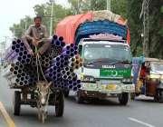 فیصل آباد: محنت کش گدھا ریڑھی پر اوور لوڈنگ کیے جا رہا ہے جو کسی حادثے ..