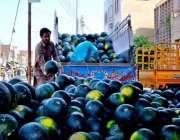 سرگودھا: مزدور تربوز فروخت کے لیے ٹرک سے اتار رہے ہیں۔