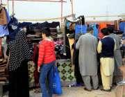 اسلام آباد: شہری بارش کے بعد گرم کپڑے خرید رہے ہیں۔
