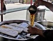 راولپنڈی: شہری گرمی کی شدت کم کرنے کے لیے شکر کولا کے سٹال سے مشروب پی ..