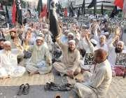 کراچی: کراچی پریس کلب کے سامنے پورٹ قاسم کے ملازمین اپنے مطالبات کے ..
