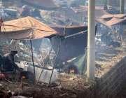 راولپنڈی: خانہ بدوش شخص فروخت کے لیے بھٹی پر چنے بھون رہا ہے۔