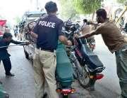حیدر آباد: ٹریفک وارڈن نو پارکنگ میں کھڑے کیے گئے موٹر سائیکل ہٹا رہا ..