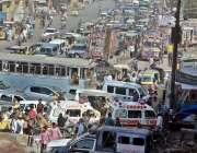 کراچی: تجاوزات کے خلاف آپریشن کے باعث ٹریفک جام کا منظر۔