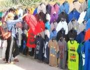 لاہور: ایک نوجوان فٹ پاتھ پر سجی دکان سے ٹی شرٹ خرید رہا ہے۔